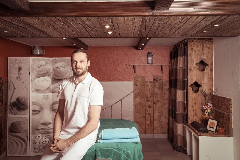 Votre thérapeute Philippe dans son cabinet de médecines alternatives à Vétroz